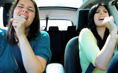 14 lucruri pe care doar oamenii care cântă în mașină le înțeleg